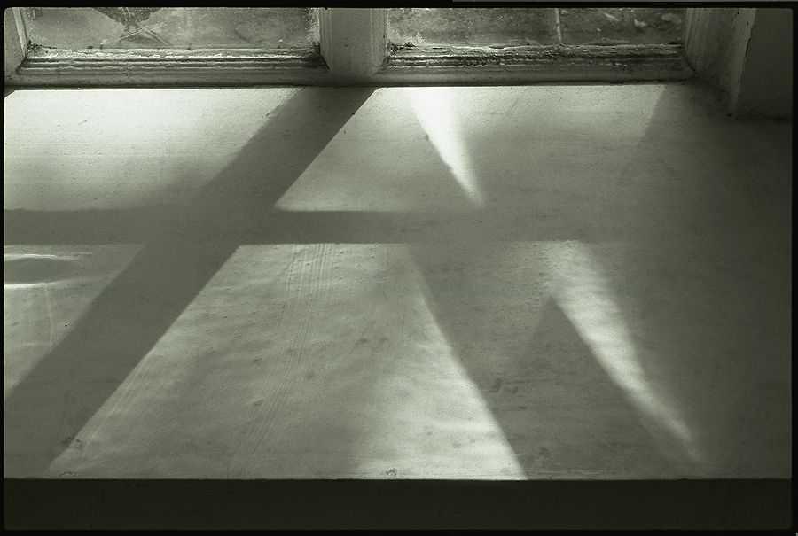 АЛЕКСАНДР СЛЮСАРЕВ Окно в старом доме. Лето. 1989