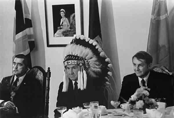 ВАСИЛИЙ ЕГОРОВ А. Н. Косыгин в головном уборе вождя индейского племени. 1971