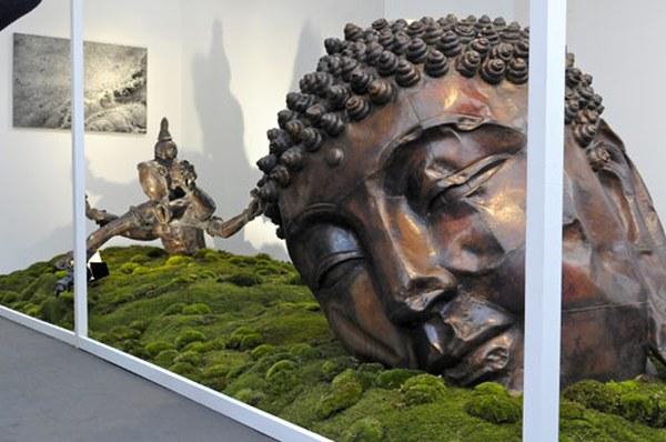 Работа Чжан Хуаня на стенде галереи Pace