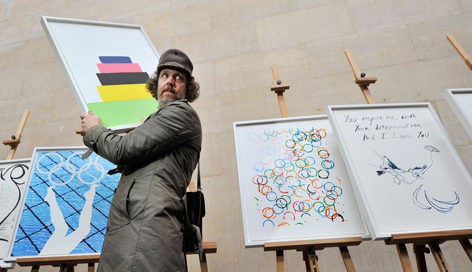 Британский художник Мартин Крид показывает прессе плакат, созданный им для лондонской Олимпиады-2012