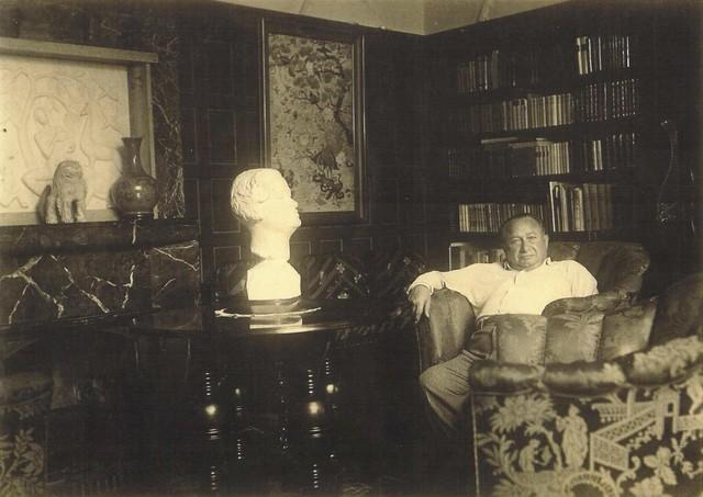 Роберт Грэц в гостиной своей виллы