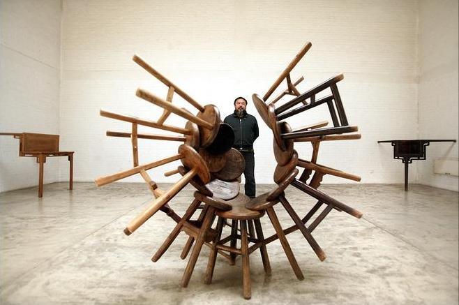 Ай Вэйвэй на фоне своей скульптуры