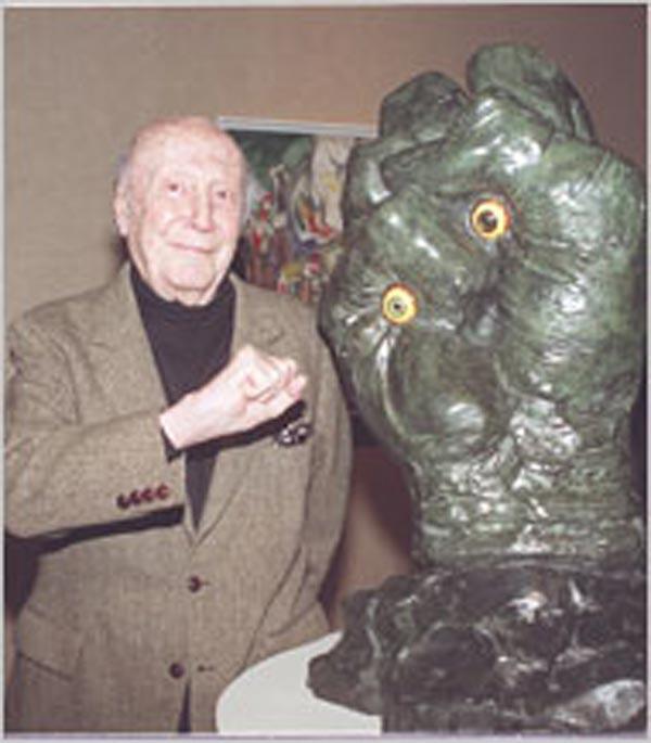 Энрико Донати в 2005 году рядом со своей скульптурой «Первый»