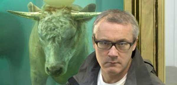 ДЭМИЕН ХЕРСТ Дэмиен Херст со своей работой «Золотой телец». 2008