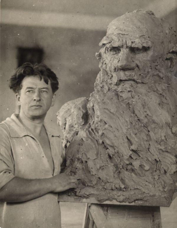 Б. Д.Королёв у бюста Л. Н. Толстого. Фотография. 1928