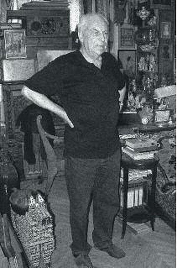 Игорь Григорьевич Санович в своей квартире-музее. 2003