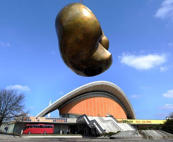 «Бабочку» снимают краном с постамента перед Домом культуры народов мира