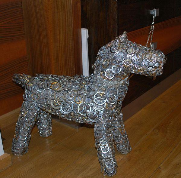Никита Гашунин. Скульптура собаки, изготовленная преимущественно из часовых корпусов