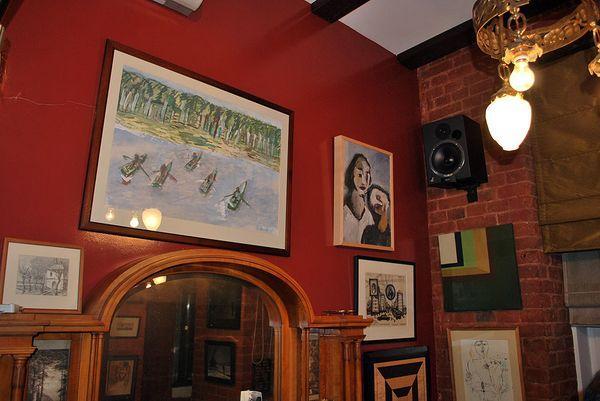 Интерьер домашнего музея «другого искусства» Александра Кроника