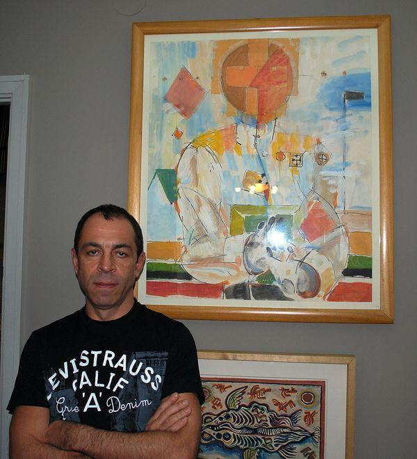 Александр Кроник на фоне работы Владимира Немухина