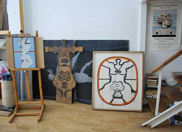 Интерьер московской студии художника. Справа — незаконченная работа