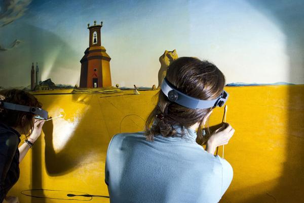 Реставраторы, работающие над картиной Сальвадора Дали «Пейзаж с девушкой, прыгающей через скакалку»