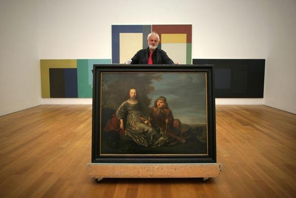 Директор Музея Висбадена на фоне картины Питера де Греббера «Двойной портрет молодой пары», которую решено вернуть по реституции наследникам ее прежних владельцев