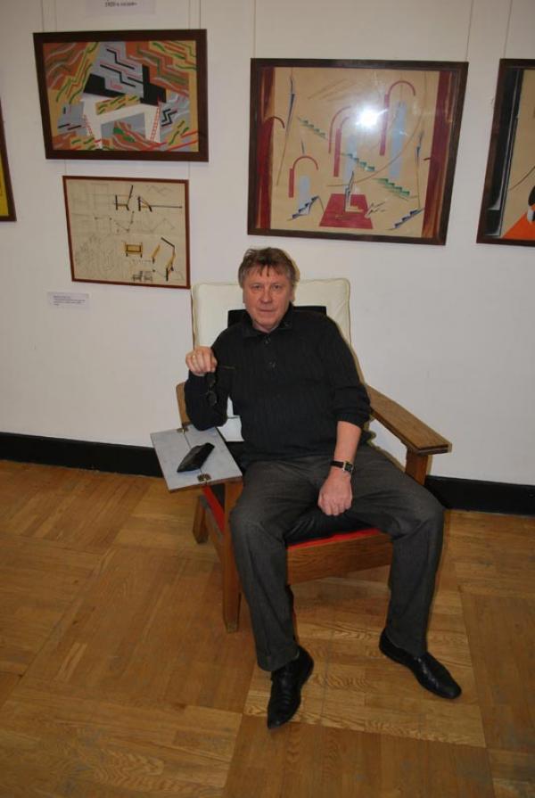 Анатолий Боровков в кресле работы Владимира Мюллера