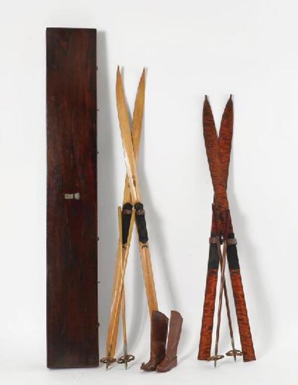 Две пары лыж и ботинки, изготовленные