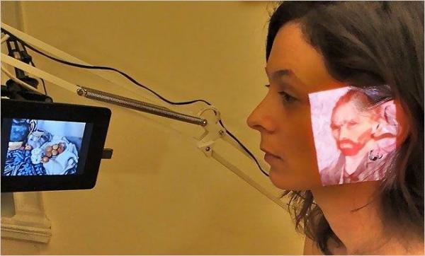 Одна из лечебных процедур — проецирование произведений искусства на лица пациентов