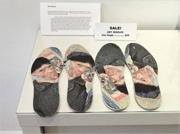Один из «препаратов»: стельки с автопортретами Ван Гога
