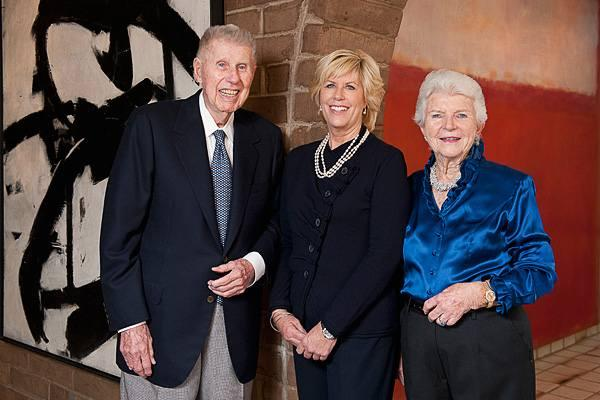 Гарри В. Андерсон, Мэри Патриция Андерсон Пенс и Мэри Маргарет Андерсон на фоне подаренных Стэнфордскому университету картин Франца Клайна и Марка Ротко
