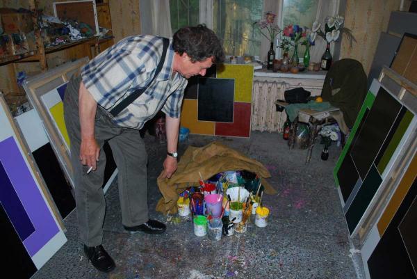 Пол в мастерской Казарина — основная рабочая поверхность