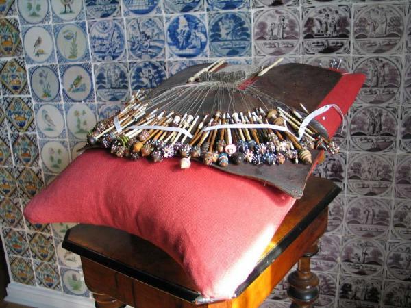 Традиционная тёндерская шкатулка для кружевоплетения