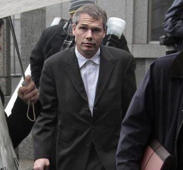 Шепард Фейри выходит из зала федерального суда