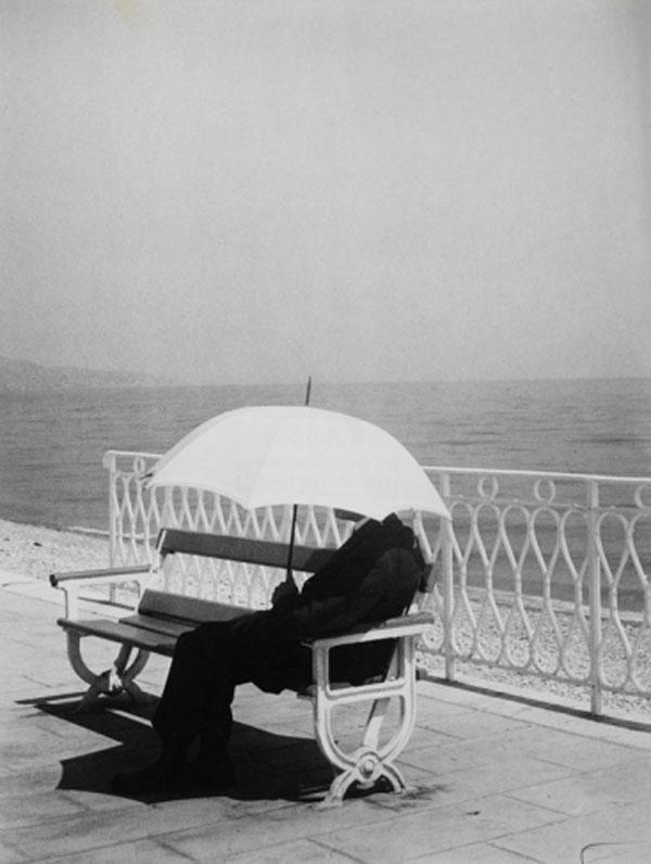 БРАССАЙ Белый зонтик. 1943