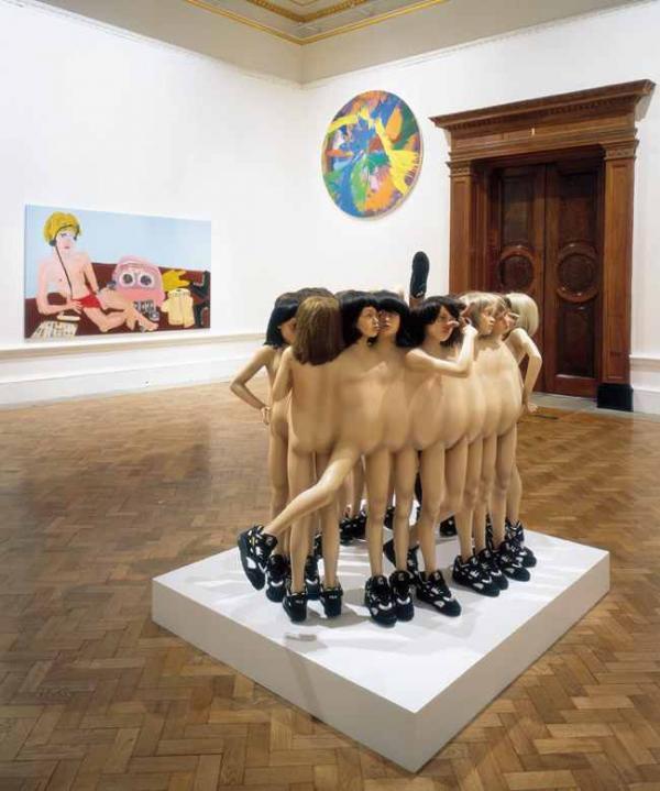 Работы Мартина Малони, братьев Чепменов, Дэмиана Херста в экспозиции выставки «Сенсация». Королевская Академия, Лондон. 1997