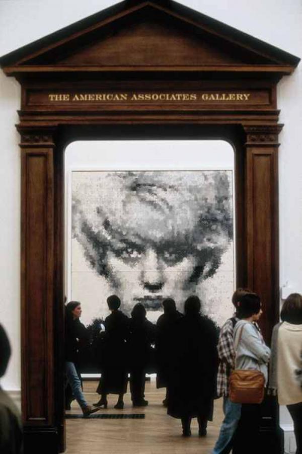 Портрет Майры Хиндли работы Маркуса Харви на выставке «Сенсация». Королевская Академия, Лондон. 1997