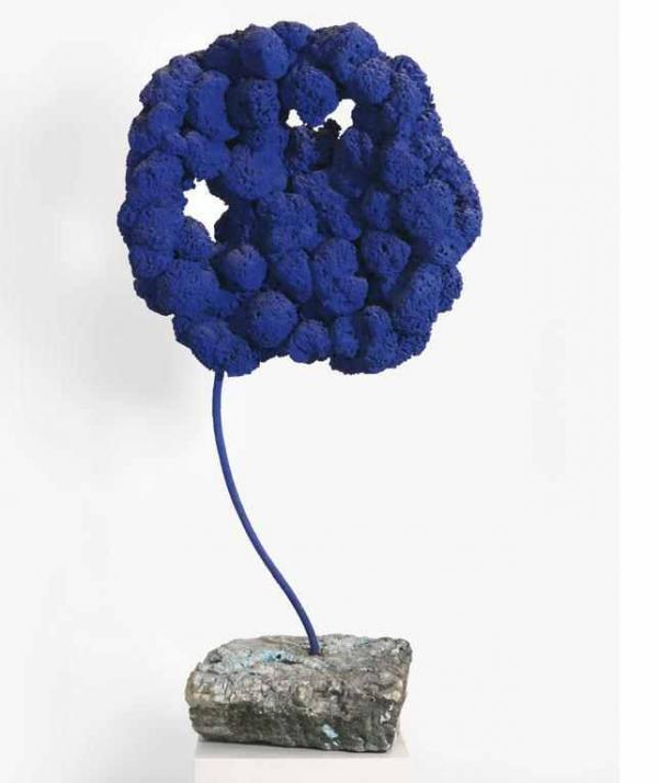 ИВ КЛЯЙН Без названия. Скульптура из синих губок. 1959
