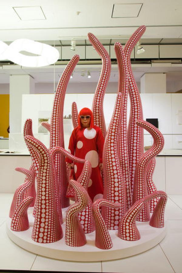 Витрина магазина Selfridges (Лондон), оформленная художницей Яёи Кусама для марки Louis Vuitton