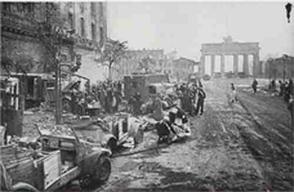 ЕЛИЗАВЕТА МИКУЛИНА Берлин. Унтер-ден-Линден. Май 1945