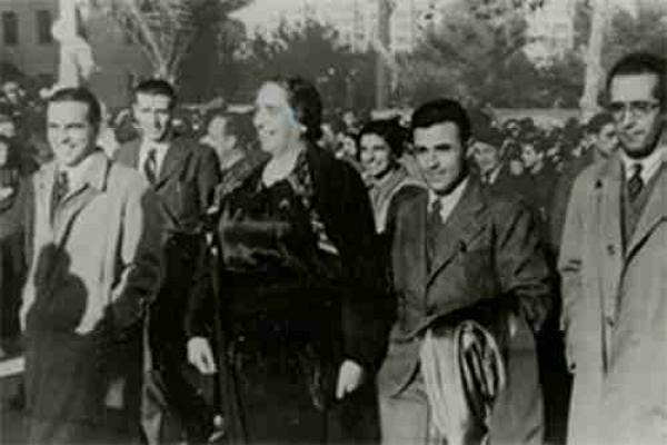 РОМАН КАРМЕН Долорес Ибаррури и Хосе Диас де Мело на параде интернациональных бригад в Барселоне. 1938