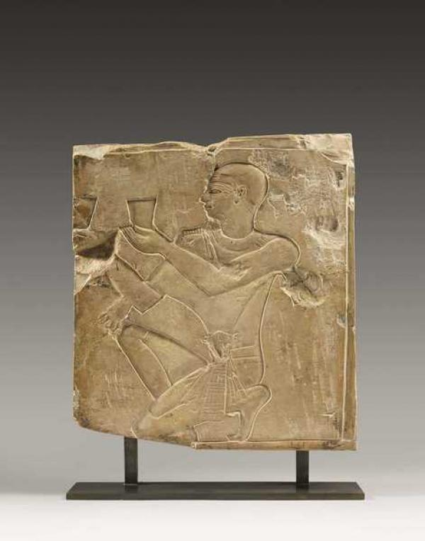 Барельеф,  изображающий коленопреклоненного царя с двумя кубками
