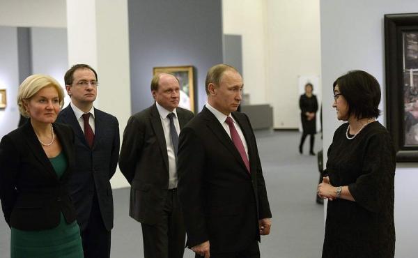 Владимир Путин на выставке Серова