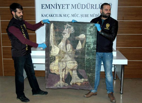 Турецкие полицейские демонстрируют изъятую работу Пикассо «Причесывающаяся женщина» (или её копию)
