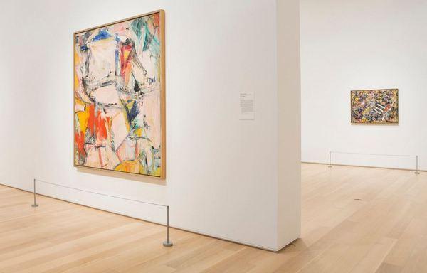 Картины Виллема де Кунинга «Смешение» (на переднем плане) и Джексона Поллока «Номер 17А» (на дальнем плане) на выставке в Институте искусств Чикаго