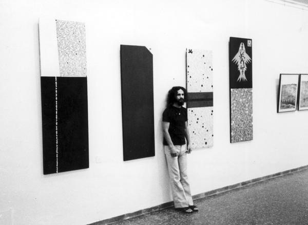 Михаил Гробман у своих  работ на выставке группы «Левиафан». 1978