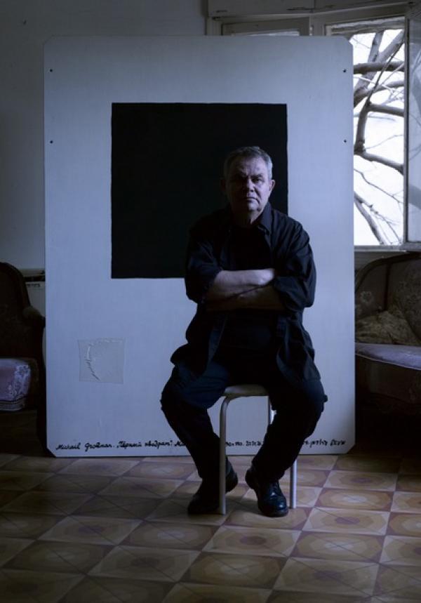 Михаил Гробман у своей  работы «Черный квадрат». 2011