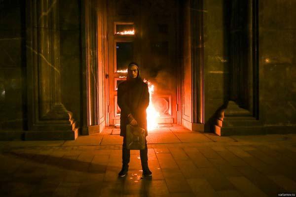 Павленский на акции  «Угроза», номинированной на государственную премию «ИННОВАЦИЯ»