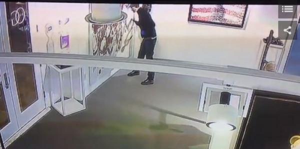 Вычислен вандал, порезавший картину Кристофера Вула