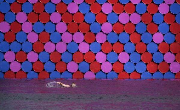 Огромная «Мастаба» Христо закрыла солнце пловцам в Гайд-парке