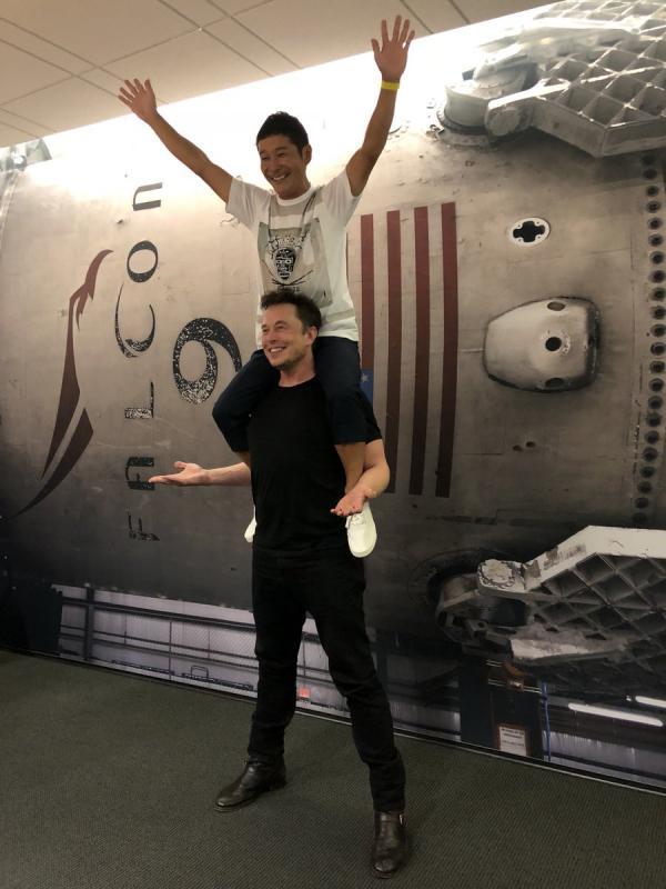Японский коллекционер искусства полетит к Луне в 2023 году